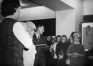 Od lewej Janina Ojrzyńska (Dział Naukowo - Oświatowy), w czapce przedstawicielka 'Filmosu', głównego sponsora konkursu, z nagrodą w ręku Mirosław Woźnica, laureat jednej z dwóch pierwszych nagród, w czapce Anna Kotynia, przedstawicielka Pałacu Młodzieży i