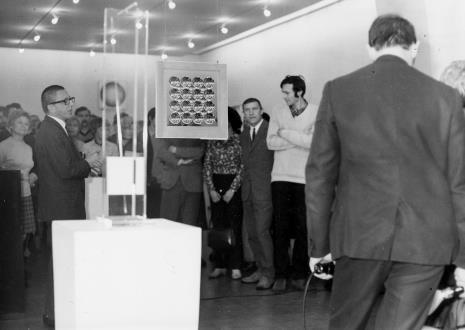 Dyr. Ryszard Stanisławski otwiera wystawę, w białym swetrze Jerzy Wejnberg (Dział Naukowo - Oświatowy), obok Wiesław Garboliński (malarz, prezes ZPAP w Łodzi)