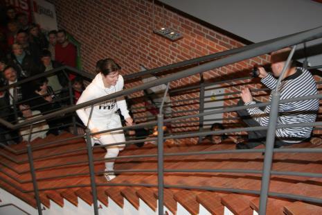 Julita Wójcik przed rozpoczęciem performance Bieg na 3600 ms2, z prawej Maciej Cholewiński (Dział Dokumentacji Naukowej)