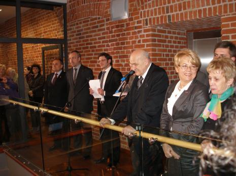 Od lewej Włodzimierz Fisiak (marszałek województwa łódzkiego), Bohdan Zdrojewski (Minister Kultury i Dziedzictwa Narodowego), dyr. Jarosław Suchan (ms), Jerzy Kropiwnicki (prezydent Łodzi), Jolanta Chełmińska (Wojewoda Łódzki), Iwona Śledzińska-Katarasińska (posłanka)