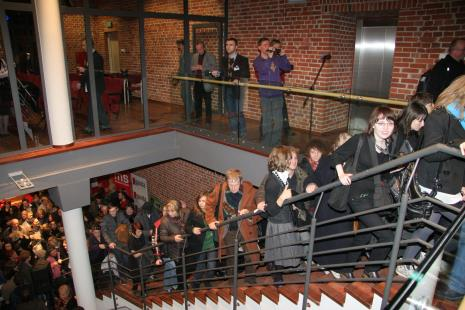 Publiczność zwiedza nowy budynek ms, z kamerą Andrzej Miastkowski (Dział Realizacji Wystaw i Wydawnictw), z lewej Leszek Karczewski (Dział Edukacji)