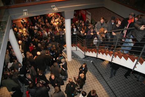 Publiczność zwiedza nowy budynek ms2