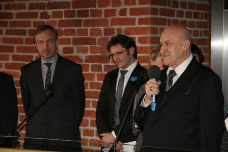 Od lewej Bohdan Zdrojewski (Minister Kultury i Dziedzictwa Narodowego), dyr. Jarosław Suchan (ms), tłumaczka, Jerzy Kropiwnicki (prezydent Łodzi)