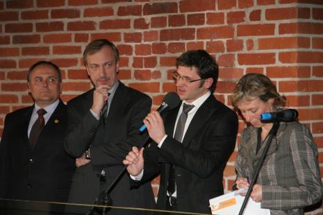 Od lewej Włodzimierz Fisiak (marszałek Województwa Łódzkiego), minister Bohdan Zdrojewski (MKDiN), dyr. Jarosław Suchan (ms), tłumaczka
