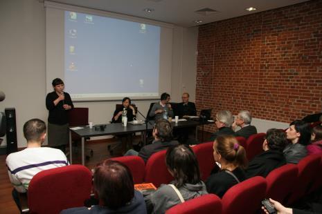 Od lewej dr Gabriela Świtek (Uniwersytet Warszawski), Sylwia Kolbowsky (artystka, Nowy Jork), Nicolaus Schafhausen (kurator, Niemcy), Jarosław Lubiak (kierownik Działu Sztuki Nowoczesnej)