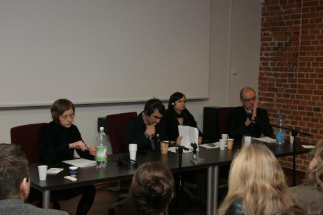 Od lewej dr Luiza Nader (Uniwersytet Warszawski), Sylwia Kolbowsky (artystka, Nowy Jork), Nicolaus Schafhausen (kurator, Niemcy), Jarosław Lubiak (kierownik Działu Sztuki Nowoczesnej)