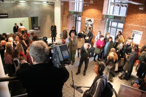 Uczestnicy akcji Artura Malewskiego, w bluzie z kapturem i aparatem Maciej Cholewiński (Dział Dokumentacji Naukowej)
