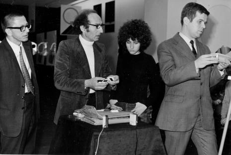 Od lewej dyr. Ryszard Stanisławski, Eugenio Carmi z córką i dr Jacek Ojrzyński (Dział Dokumentacji Naukowej)