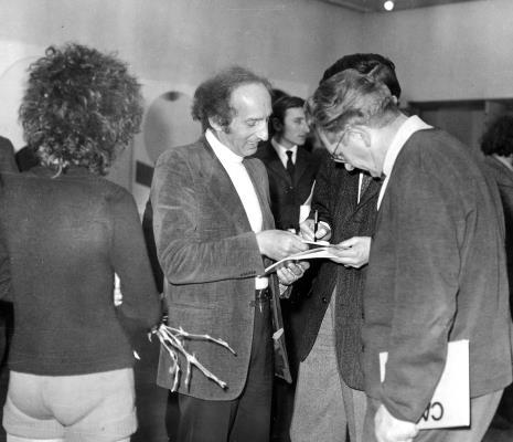 Eugenio Carmi na otwarciu wystawy, z prawej Bolesław Utkin