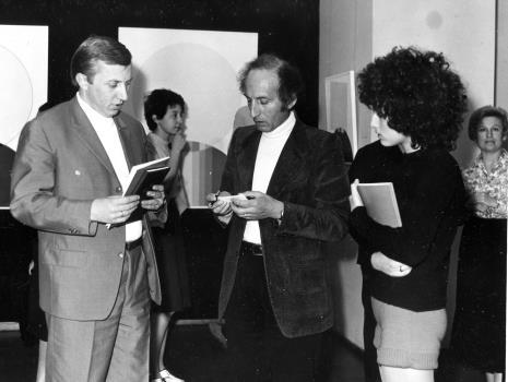 Od lewej red. Konrad Turowski i Eugenio Carmi z córką na otwarciu wystawy,  z prawej Anna Łabęcka (Dział Sztuki Nowoczesnej)