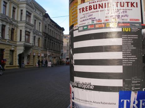 Plakat reklamujący wystawę na ulicy Piotrkowskiej w Łodzi