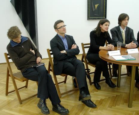 Od lewej Oskar Dawicki, dyr. Jarosław Suchan (ms), dyr. Susanne Titz (Städtisches Museum Abteiberg w Mönchengladbach), Jerzy Korzeń (tłumacz, właśc. Michał Pietrzak, muzyk)