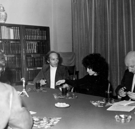Konferencja prasowe w czytelni biblioteki Działu Dokumentacji Naukowej, Eugenio Carmi z córką, red. Roman Janisławski (PAP)