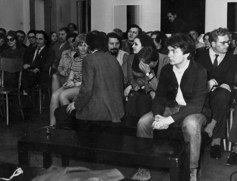 Spotkanie z artystą, z lewej w krawacie inż. Jakub Wujek, za nim Leszek Rózga (z brodą),  w środku Janina Łosińska (MSŁ) i Jerzy Treliński (z brodą), obok Ewa Stanisławska-Balicka (absolwentka PWSSP w Łodzi) i Stanisław Balicki,  pierwszy z prawej Bolesław Utkin