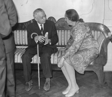 Jan Brzękowski w rozmowie z dyr. Krystyną Kondratiuk (Centralne Muzeum Włókiennictwa w Łodzi)