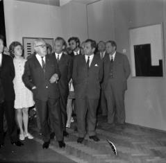 Od lewej x, x, Jerzy Płażewski, x, x, Mieczysław Ptaśnik (Dyrektor Zarządu Muzeów i Ochrony Zabytków), x, x, Władysław Cichocki (kierownik Działu Naukowo - Oświatowego)