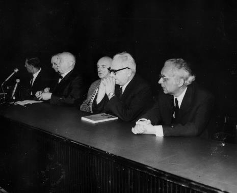 Od lewej dr Henryk Anders (PWSSP w Łodzi), Jan Brzękowski, prof. Juliusz Starzyński, Henryk Stażewski, prof. Ksawery Piwocki, doc. dr Mieczysław Porębski