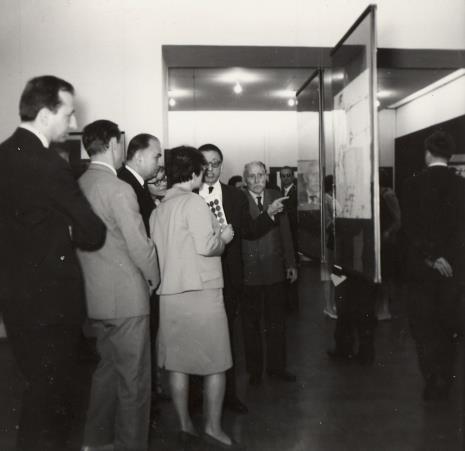 Dyr. Ryszard Stanisławski oprowadza gości po wystawie, z boku Adam Szmidt (weteran Rewolucji 1905 r., pracownik ms od przedwojnia)