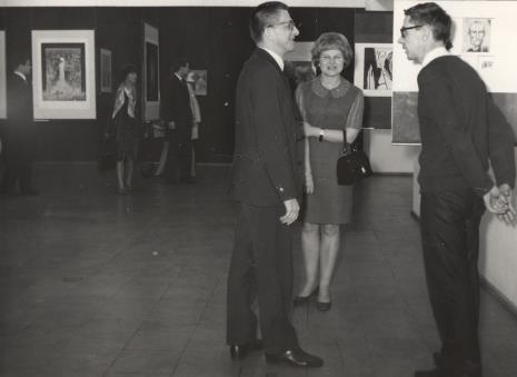 Od lewej dyr. Ryszard Stanisławski, Janina Ładnowska (Dział Sztuki Nowoczesnej), Stanisław Fijałkowski (malarz)