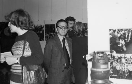 Dyr. Ryszard Stanisławski na otwarciu wystawy, za nim Wiesław Karolak (PWSSP w Łodzi)