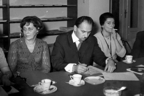 Od lewej Krystyna Kondratiuk (dyrektor Muzeum Historii Włókiennictwa w Łodzi), Józef Jastrzębski (kierownik Muzeum w Tomaszowie Mazowieckim), Grażyna  Majewska (kierownik Muzeum w Oporowie)