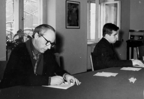 Wacław Kondek (grafik, rzeźbiarz, malarz) i dr Jacek Ojrzyński (Dział Dokumentacji Naukowej)