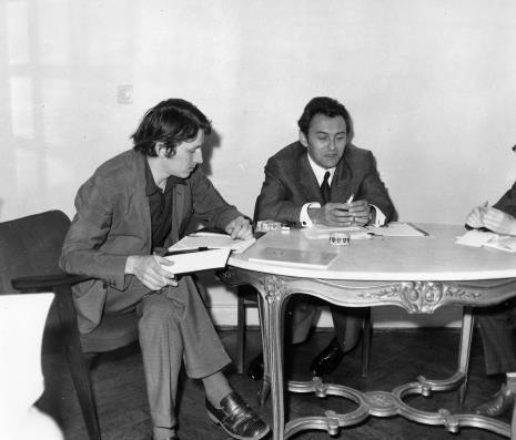 Konferencja prasowa w gabinecie dyr. Ryszarda Stanisławskiego, red. Gustaw Romanowski (Odgłosy) i Petr Hartmann (Národni Galerie Praha)
