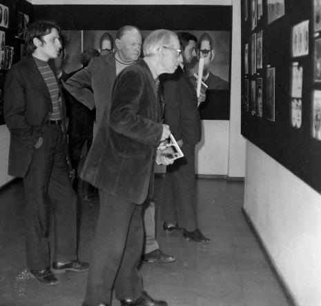 Od lewej red. Gustaw Romanowski (Odgłosy), x, Konstanty Mackiewicz, H. Siedlakowski
