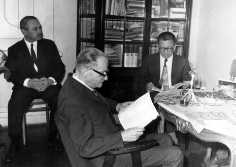 Konferencja prasowa w gabinecie dyr. Ryszarda Stanisławskiego, od lewej Ryszard Brudzyński (wicedyrektor ms), red. Roman Janisławski (PAP), dyr. Ryszard Stanisławski