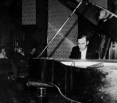 Przy fortepianie Roman Lasocki