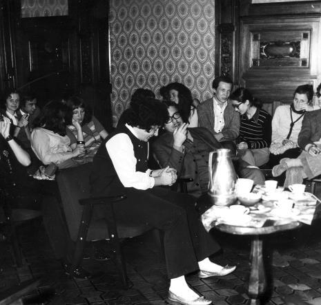 Jerzy Nowosielski podczas spotkania w sali odczytowej ms
