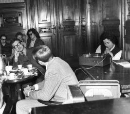 Jerzy Nowosielski na spotkaniu z członkami Międzyszkolnego Klubu Miłośników Filmu o Sztuce, przy magnetofonie Janina Ojrzyńska