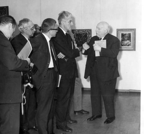 Od lewej x, prof. Mieczysław Porębski, dyr. Ryszard Stanisławski, x, prof. Juliusz Starzyński
