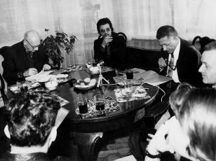 Konferencja prasowa w gabinecie dyr. Ryszarda Stanisławskiego, od lewej red. Mieczysław Jagoszewski (Dziennik Łódzki), Alberto Biasi, dyr. Ryszard Stanisławski, red. Jerzy Urbankiewicz (Polskie Radio)