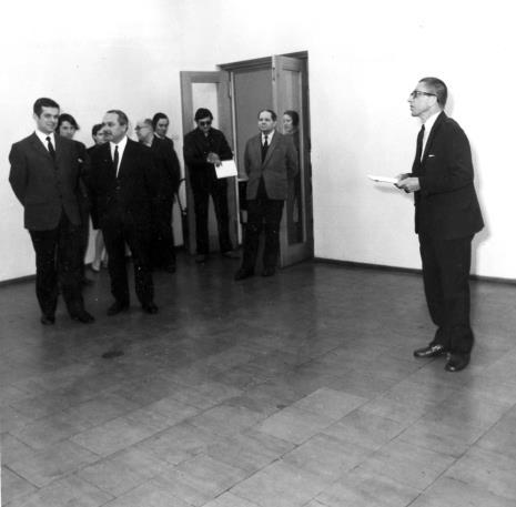 Od lewej dr Jacek Ojrzyński (Dział Dokumentacji Naukowej), Ryszard Brudzyński (wicedyrektor ms), oparty o drzwi kustosz Władysław Cichocki (kierownik Dział Naukowo-Oświatowego), dyr. Ryszard Stanisławski