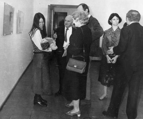 Od lewej żona Gérarda Titus-Carmela, Henryk Stażewski, x, x, Urszula Czartoryska (Dział Fotografii i Technik Wizualnych)