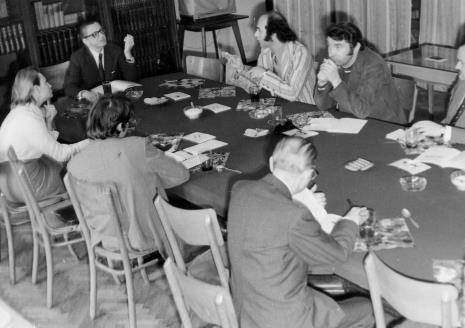 Konferencja prasowa w czytelni biblioteki Działu Dokumentacji Naukowej, u góry od lewej Anna Łabęcka (Dział Sztuki Nowoczesnej), dyr. Ryszard Stanisławski, Gérard Titus-Carmel
