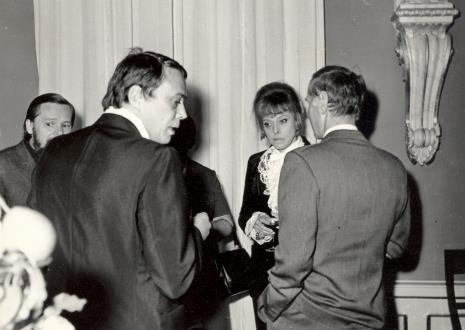 W środku Güntner Uecker, Karin Berqvist Lindegren (kustosz Moderna Museet w Sztokholmie)
