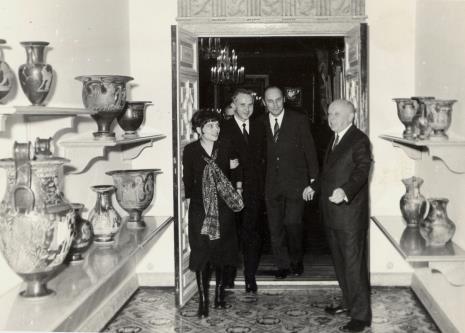 Zwiedzanie Muzeum Narodowego, od lewej żona J. Kaczmarskiego, J. Kaczmarski, Minister Kultury i Sztuki Jan Kaczmarek, dyr. Stanisław Lorentz