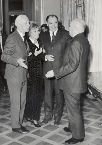 Od lewej prof. Kazimierz Michałowski, Renilde Hammacher van der Brande (dyrektor Działu Sztuki Współczesnej Muzeum Boymans - van Beuningen w Rotterdamie), dyr. Wassilij Puszkariow (Muzeum Rosyjskie w Moskwie), prof. Stanisław Lorentz