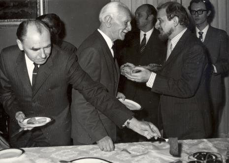 Od lewej W. Puszkariow, prof. Kazimierz Michałowski, Helmut R. Leppien, z tyłu minister Jan Kaczmarek i tłumacz