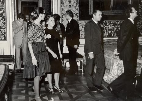 Zwiedzanie pałacu w Wilanowie, prowadzi dyr. Jean Leymarie (Musee National d'Art Moderna w Paryżu)