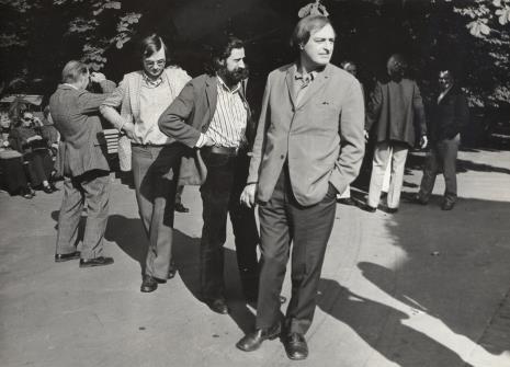 Zwiedzanie Żelazowej Woli, od lewej K. Geldmacher, Donato Ferrari,  dyr. Walter Zanini (Muzeum Sztuki Współczesnej Uniwersytetu Sao Paolo)