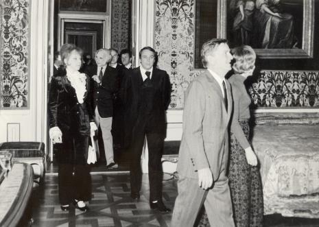 Zwiedzanie pałacu w Wilanowie, w czarnym garniturze Güntner Uecker, z lewej  Karin Berqvist Lindegren (kustosz Muzeum Sztuki Współczesnej w Sztokholmie)