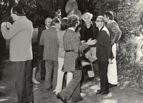 od prawej dyr. Ryszard Stanisławski (ms), prof. Peter Howard Selz (dyrektor Uniwersyteckiego Muzeum Sztuki w Berkeley), x, x, x, dyr. Ryszard Brudzyński (wicedyrektor ms)