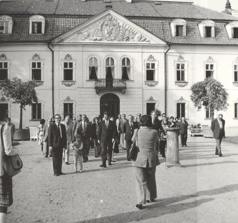Uczestnicy kolokwium przed pałacem w Nieborowie