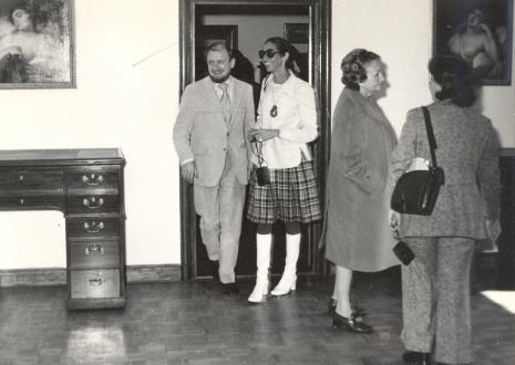 W drzwiach Helmut R. Leppien (Prezes Międzynarodowego Komitetu Muzeów i Zbiorów Sztuki Nowoczesnej - ICOM, Dyrektor TPSP w Hannowerze) i Daniéle Giraudy (kustosz Muzeum Sztuk Pięknych w Marsylii)