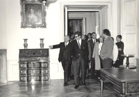 Prof. Stanisław Lorentz (z lewej) oprowadza uczestników kolokwium