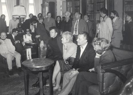 Na kanapie w głębi siedzą od lewej Helmut R. Leppiem, Duncan Cameron, Daniéle Giraudy, na kanapie z przodu siedzą od lewej Jean Leymarie, Thomas Messer, Mireille Latour