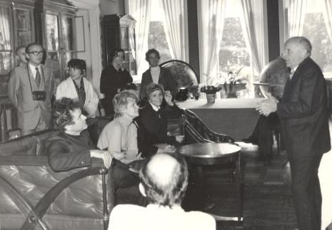 Na kanapie siedzą od lewej Jean Leymarie, Mireille Latour, Renilde Hammacher van der Brande, przemawia prof. Stanisław Lorentz